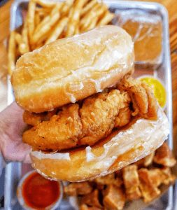 Sándwich de pollo con donas glaseadas de KFC.