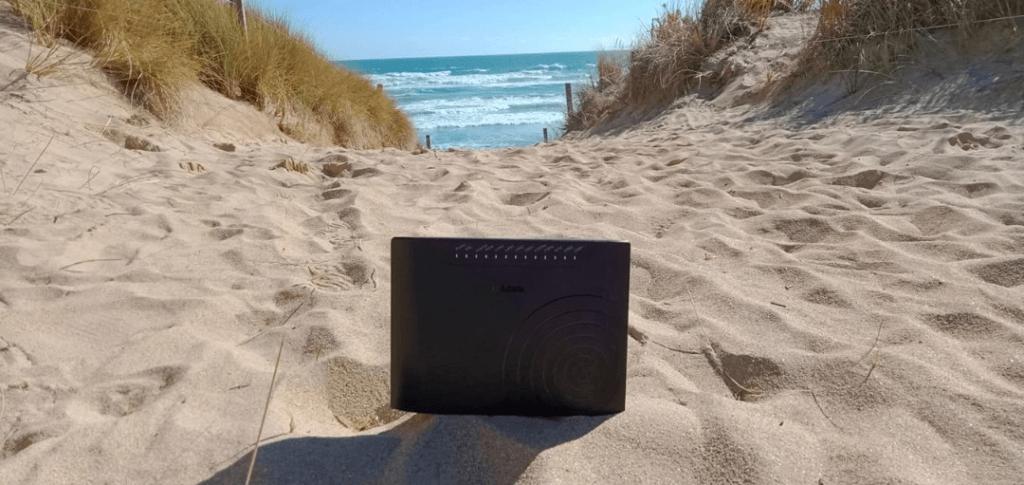 Modem recostado disfrutando de la arena de la playa.