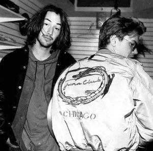 Keanu Reeves joven. River Phoenix de espaldas.