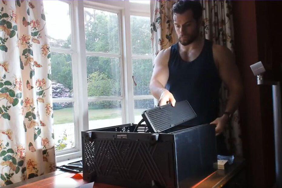 Henry Cavill armando una PC Gamer
